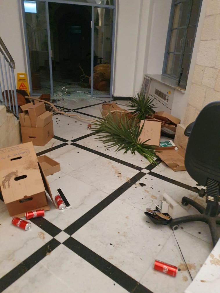 השחיתו משרדים ועציצים (צילום: דוברות המשטרה)