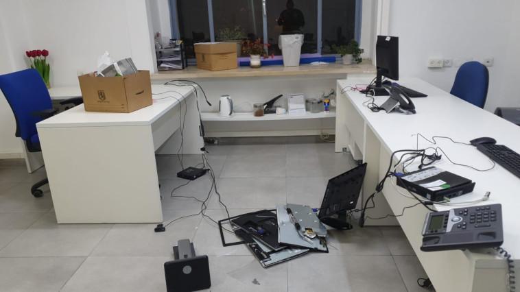השחיתו ציוד משרדי, מחשבים ומכשירים (צילום: דוברות המשטרה)