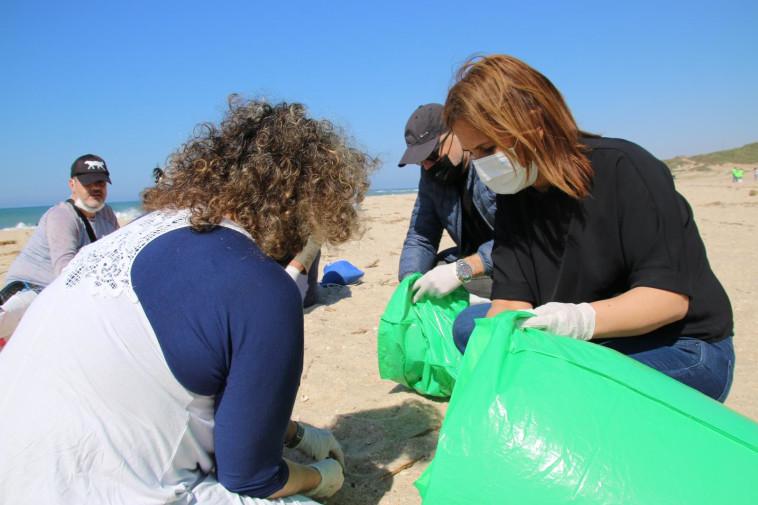 השרה להגנת הסביבה גילה גמליאל עם מנכ''ל המשרד דוד יהלומי בחוף פלמחים (צילום: המשרד להגנת הסביבה)