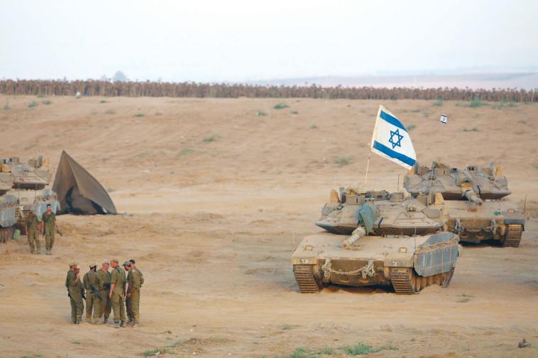 טנקים וחיילים במבצע ''צוק איתן'' (צילום: יונתן זינדל, פלאש 90)