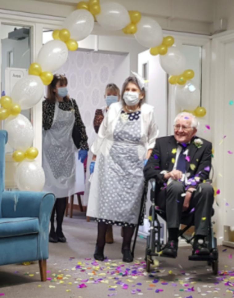 מתוך טקס החתונה של פיטר וג'ין בבית החולים (צילום: רשתות חברתיות)
