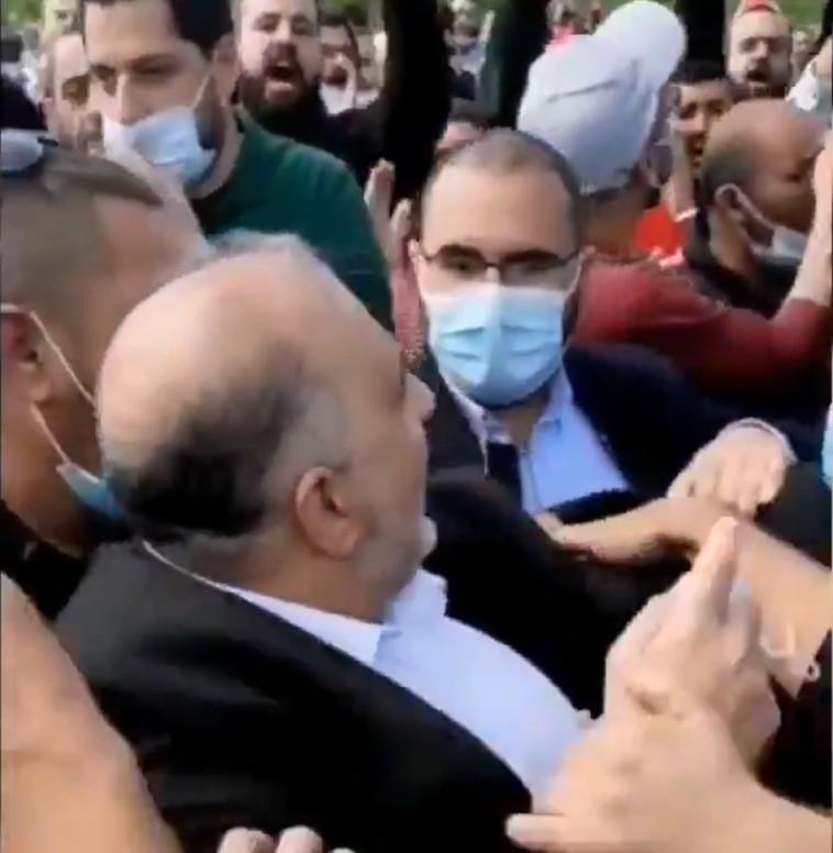 ח''כ מנסור עבאס מותקף בהפגנה באום אל פאחם (צילום: צילום מסך טוויטר)
