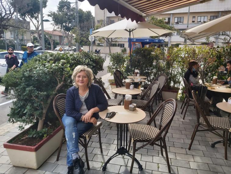 אורנה פותחת שולחן בקפה של דבורה (צילום: משה כהן)