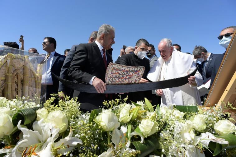 האפיפיור פרנציסקוס בביקורו ההיסטורי בעיראק (צילום: Vatican Media/Handout via REUTERS)