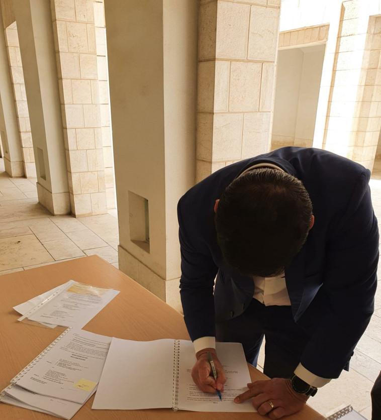 ח''כ קושניר חותם על העתירה (צילום: דוברות ישראל ביתנו)