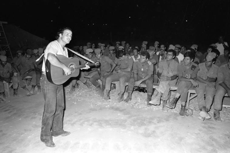 אבי טולדנו הופעה בפני חיילי צה''ל (צילום: שמואל רחמני)