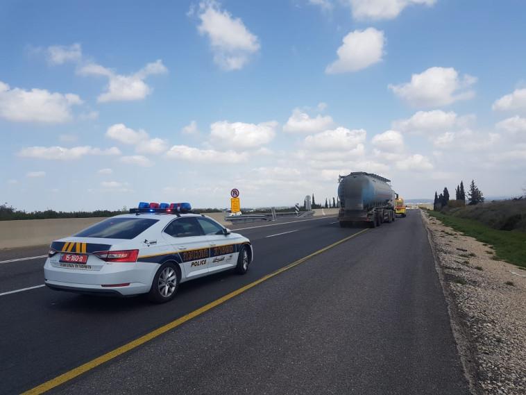 זירת התאונה בכביש 7 (צילום: דוברות המשטרה)
