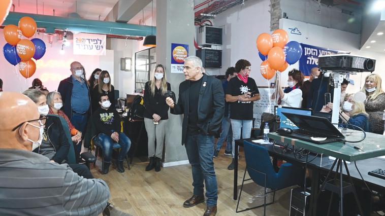 לפיד מתדרך פעילים במטה המפלגה בתל אביב (צילום: אלעד גוטמן)