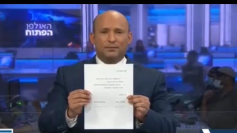 בנט חותם על המסמך בערוץ 20 (צילום: צילום מסך ערוץ 20)