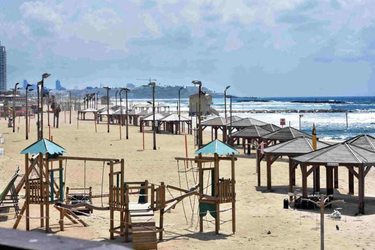 חוף הים בתל אביב ריק בסגר (צילום: אבשלום ששוני)