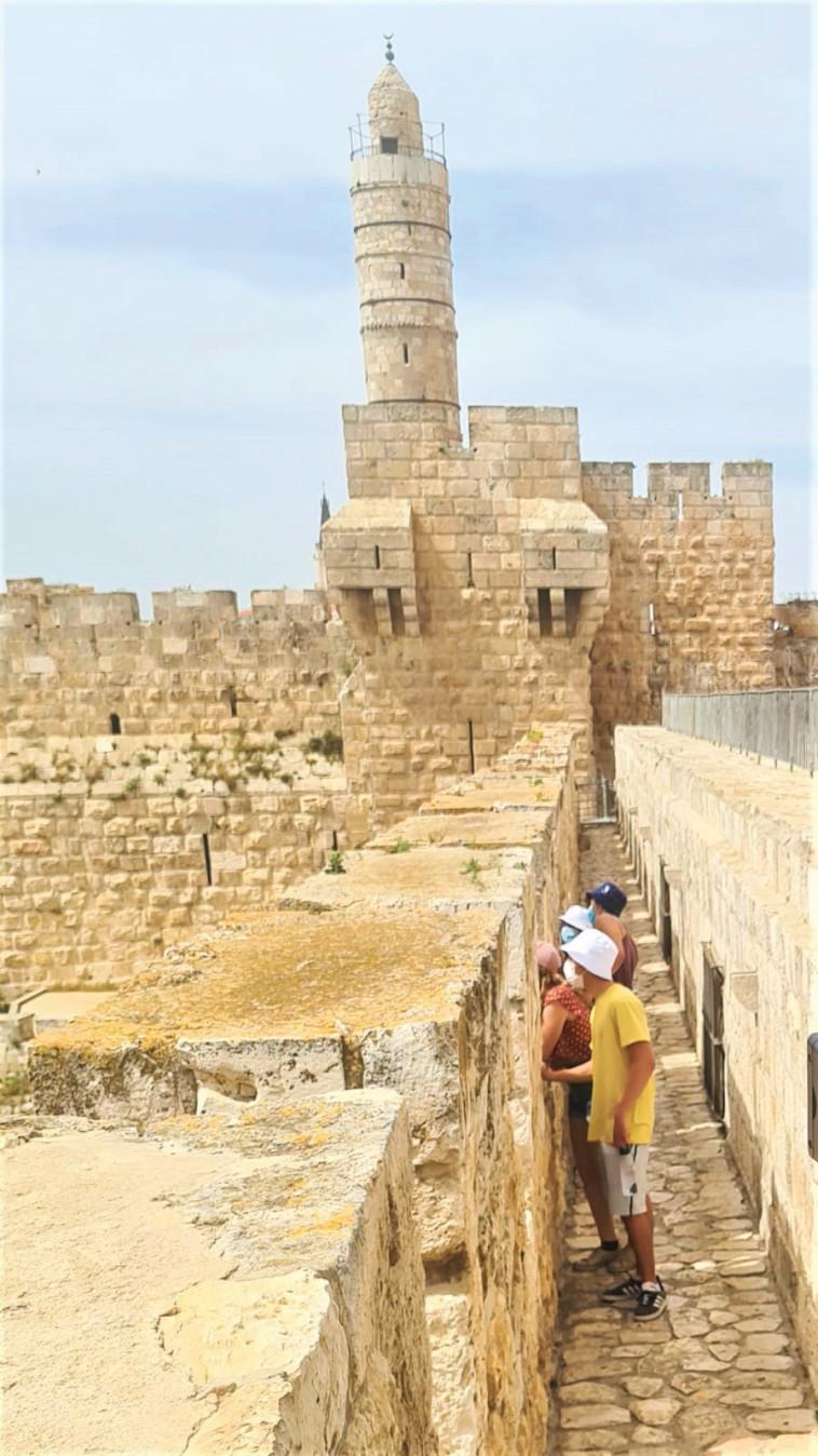 מטיילים בטיילת החומות בירושלים (צילום: פמי)
