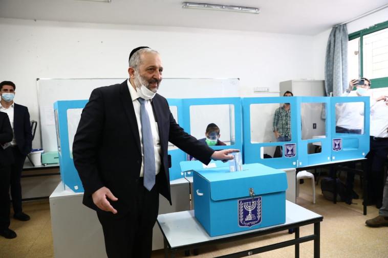 אריה דרעי הגיע להצביע בקלפי בירושלים לבחירות לכנסת ה-24 (צילום: יעקב כהן)