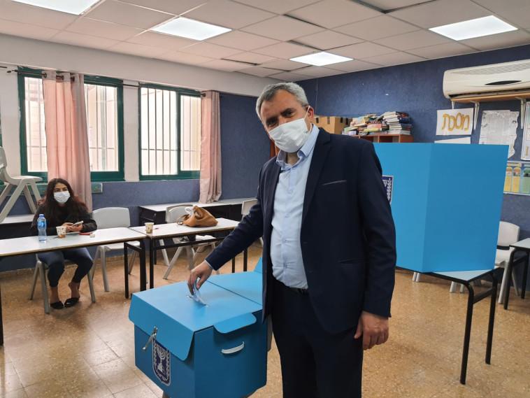 השר לשעבר זאב אלקין הצביע בקלפי בפסגת זאב (צילום: באדיבות ''תקווה חדשה'')