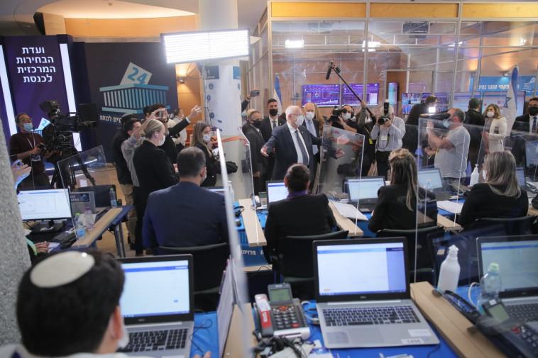 ביקור הנשיא ריבלין במשל''ט ועדת הבחירות (צילום: רונן חורש)