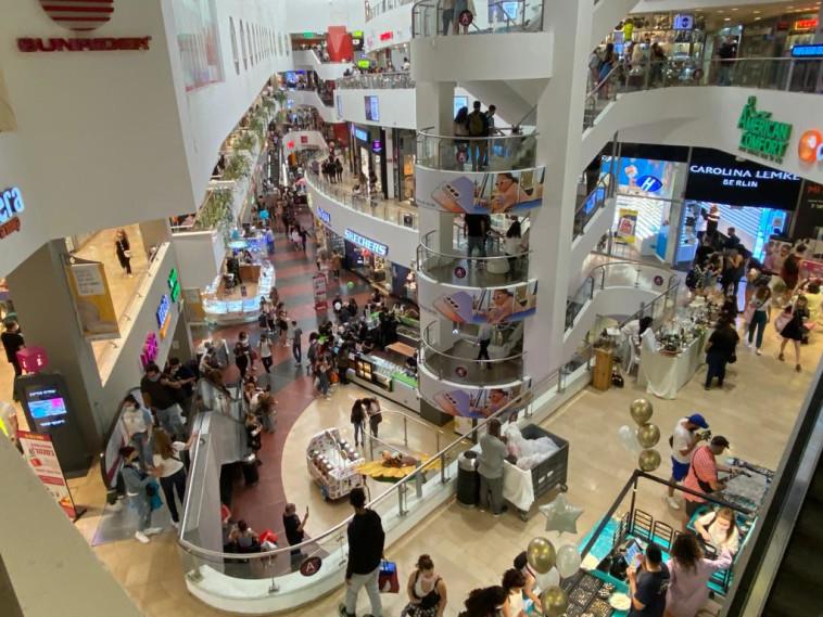 הישראלים יצאו לקניות ביום הבחירות (צילום: אבשלום ששוני)