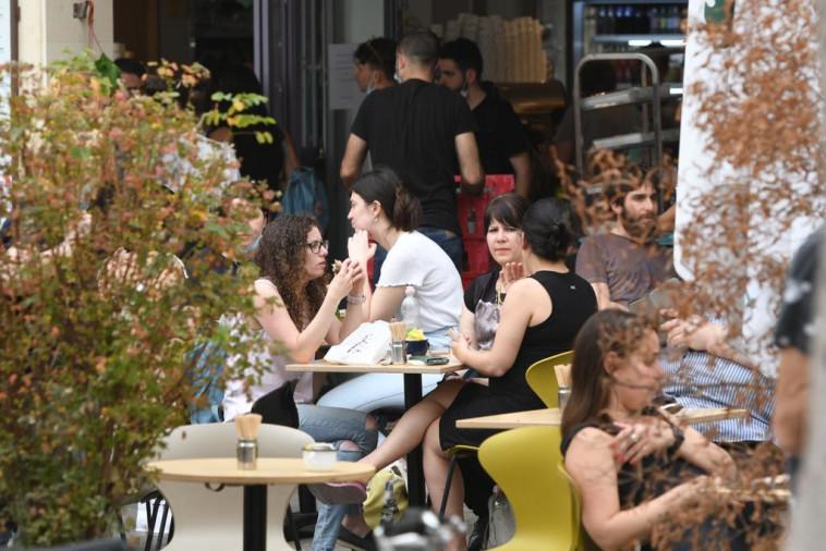 גם בתי הקפה והמסעדות היו מלאים ביום הבחירות (צילום: אבשלום ששוני)