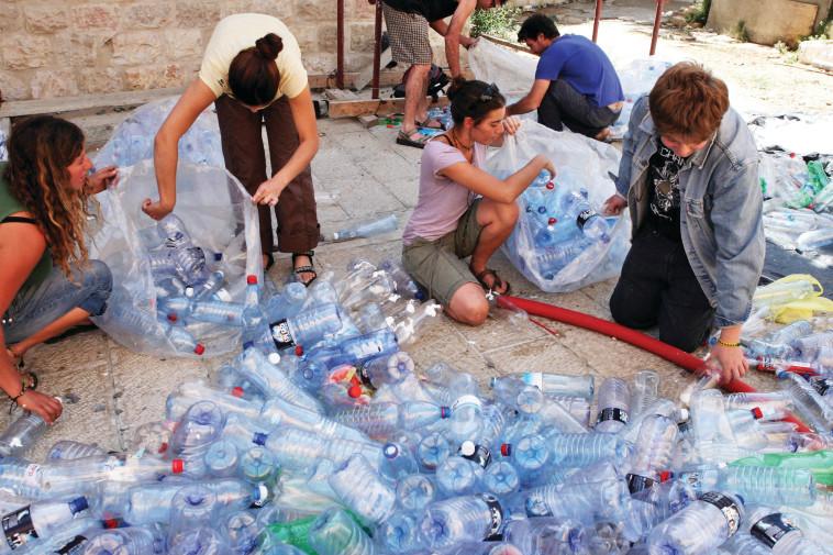 מיחזור בקבוקים (צילום: תומר נויברג, פלאש 90)