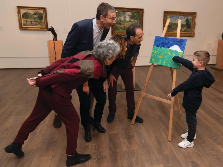 האמן במרכז (צילום: לורה לכמן, מוזיאון ישראל)