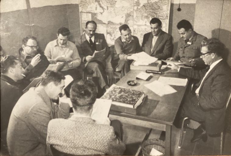 פגישה של קציני הלשכה 06 אצל אפרים הופשטטר (צילום: באדיבות מיכאל (מיקי) גולדמן-גלעד )