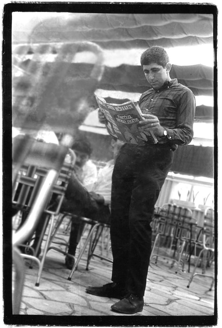 יוסי ריגר עם עיתון ''העולם הזה'' בדיזנגוף (צילום: נתן זהבי)