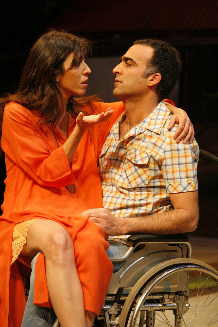 יורם טולדנו, עם אסי לוי, מתוך ההצגה ''קפה ערבה'' בתיאטרון בית ליסין (צילום: איל לנדסמן, יח''צ)