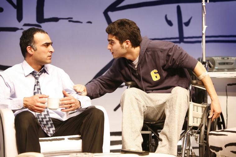 יורם טולדנו, עם אושרי כהן, מתוך ההצגה ''החולה ההודי'' בתיאטרון בית ליסין (צילום: איל לנדסמן, יח''צ)