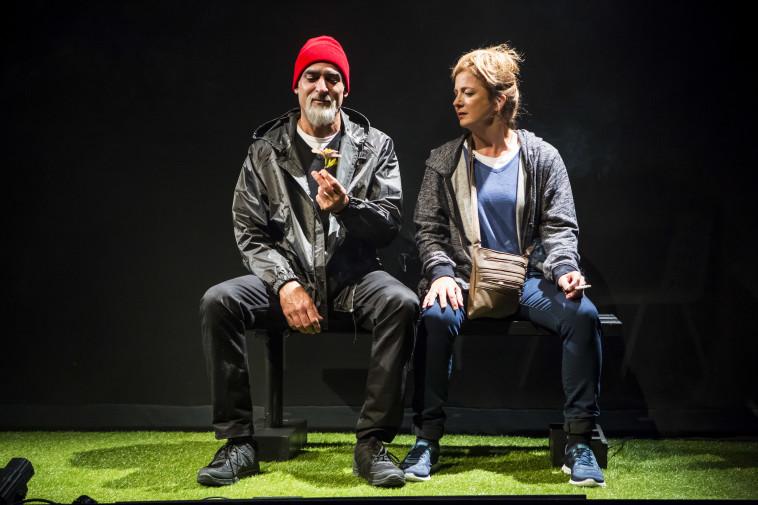 יורם טולדנו, עם ליליאן ברטו, מתוך ההצגה ''אהבת מוות'' בתיאטרון בית ליסין (צילום: כפיר בולוטין)