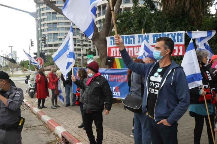 מפגינים מול ביתו של גדעון סער (צילום: אבשלום ששוני)