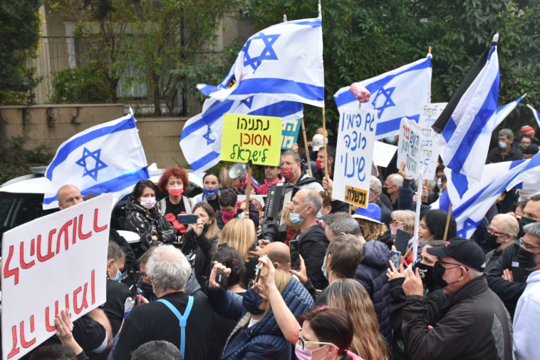 מפגינים מול ביתו של נפתלי בנט (צילום: ''חקירה עכשיו'')