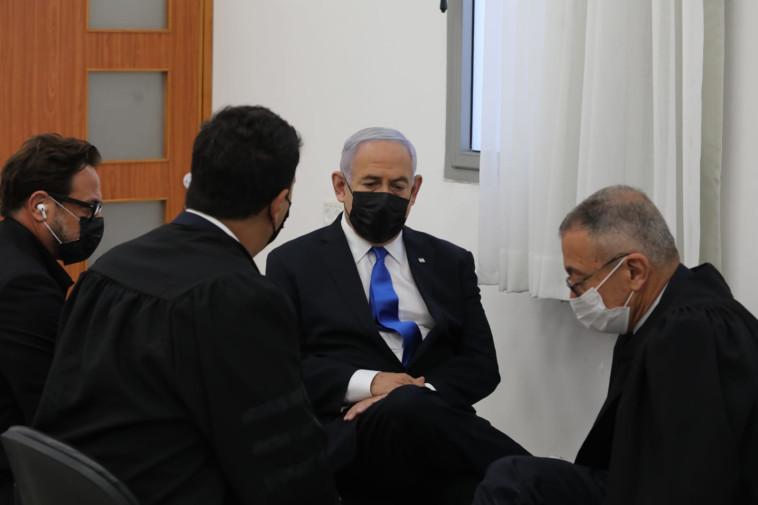 בנימין נתניהו עם עורכי דינו בבית המשפט (צילום: פול אורן בן חקון)