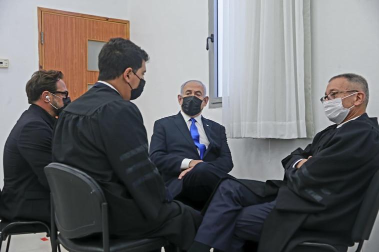 ראש הממשלה נתניהו יחד עם צוות ההגנה שלו באולם בית המשפט (צילום: פול אורן בן חקון)