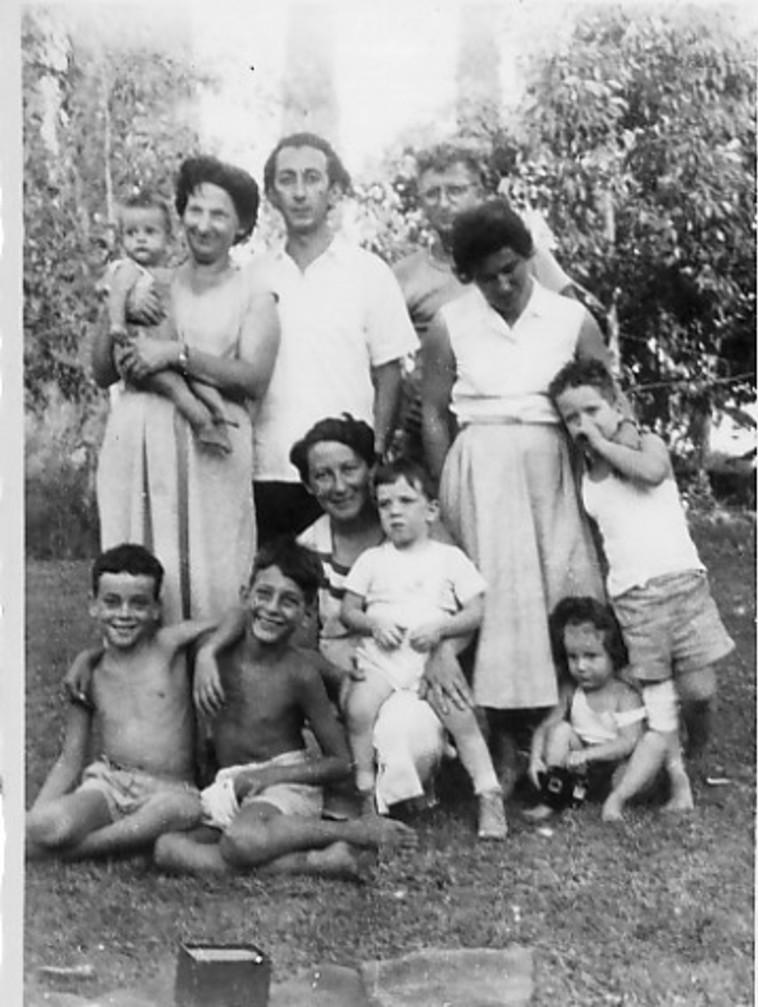 מיכאל קובנר (שני משמאל למטה), בנו של הסופר ומנהיג הפרטיזנים אבא קובנר (צילום: אלבום משפחתי)