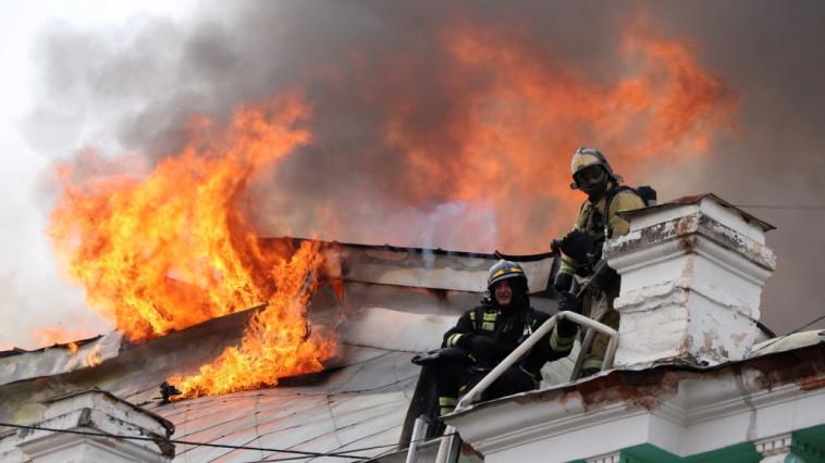 צוות כיבוי האש נלחם בשריפה (צילום: רויטרס)