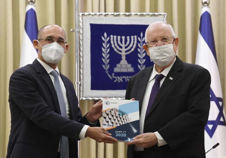 נגיד בנק ישראל, פרופ' אמיר ירון מגיש את הדוח לנשיא ראובן ריבלין (צילום: מארק ניימן, לע''מ)