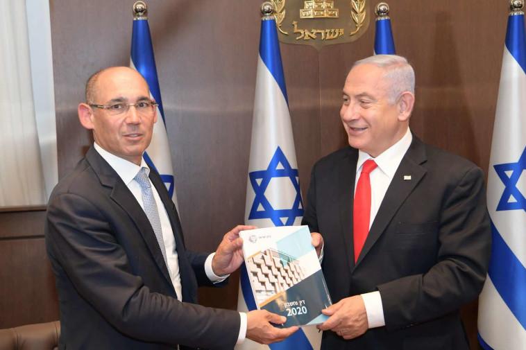 הנגיד אמיר ירון מגיש את הדוח לראש הממשלה בנימין נתניהו (צילום: עמוס בן גרשום, לע''מ)
