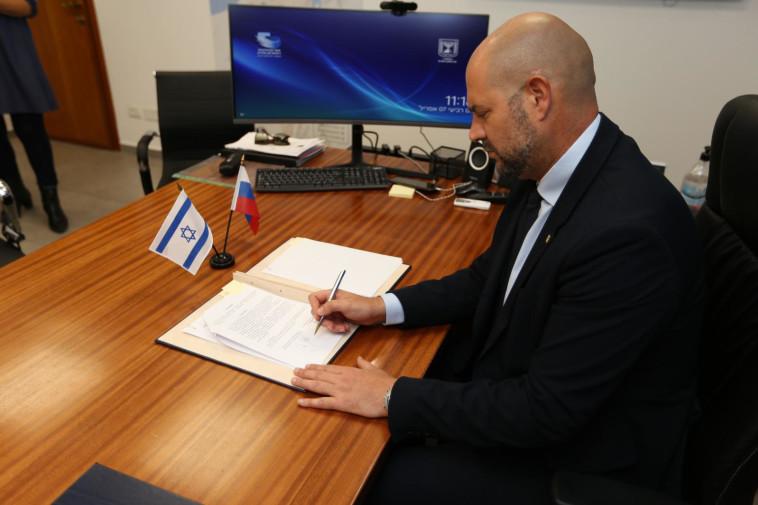 השר אמיר אוחנה חותם על ההסכם (צילום: בנוביץ' תקשורת - משה חרמון)