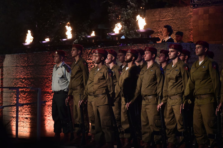 חיילים בטקס ביד ושם (צילום: ראובן קסטרו)