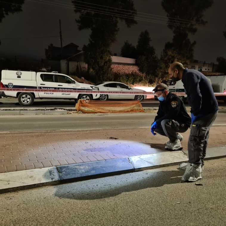 זירת הירי ברהט, סריקות אחר החשודים (צילום: דוברות המשטרה)