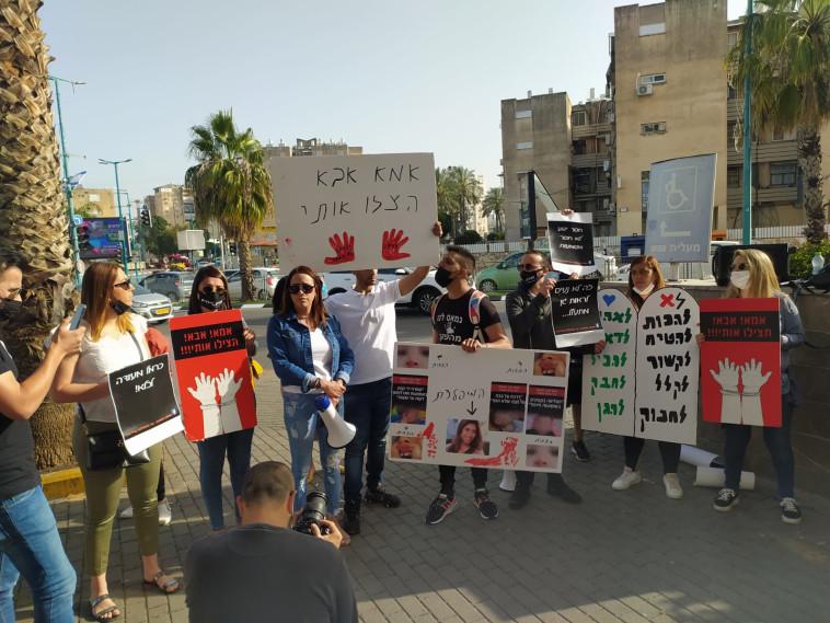 הפגנת בני המשפחות והפעילים נגד כרמל מעודה, מחוץ לבית המשפט המחוזי בלוד (צילום: ללא קרדיט)