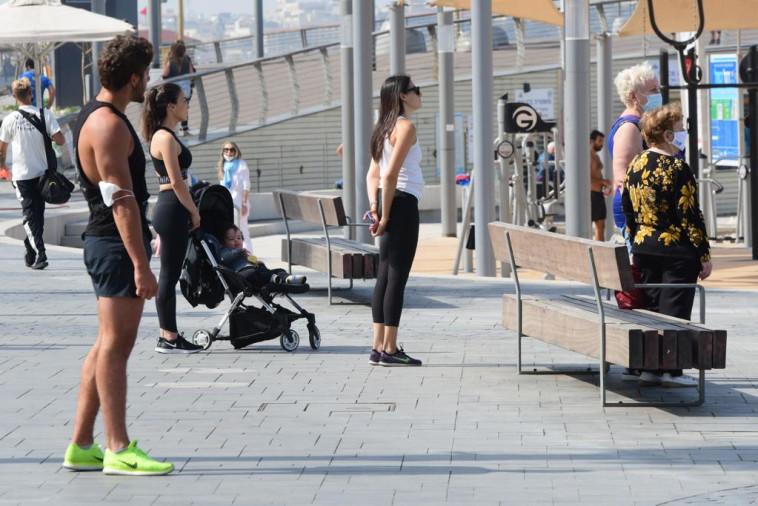 עומדים בצפירה בתל אביב (צילום: אבשלום ששוני)