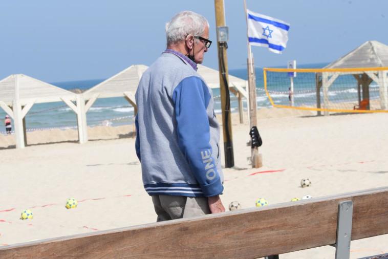 עומדים בצפירה בתל אביב, יום הזיכרון לשואה ולגבורה 2021 (צילום: אבשלום ששוני)