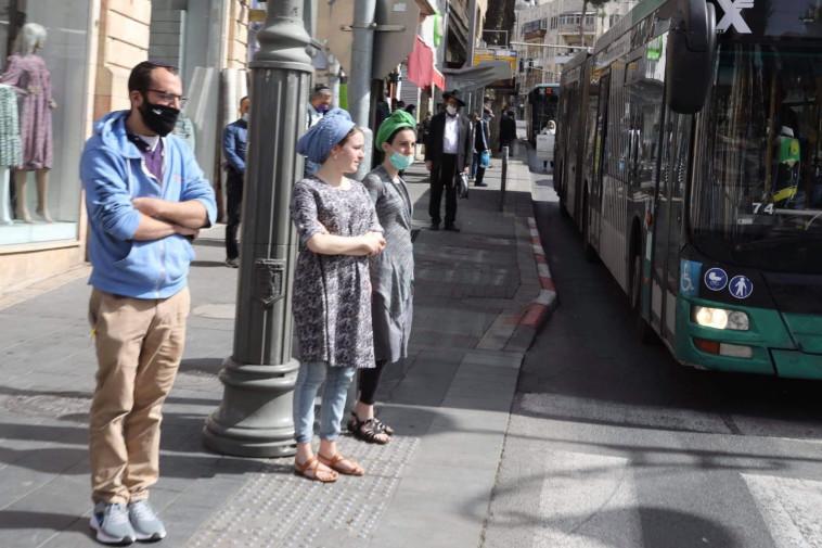 עומדים בצפירה בירושלים (צילום: מרק ישראל סלם)