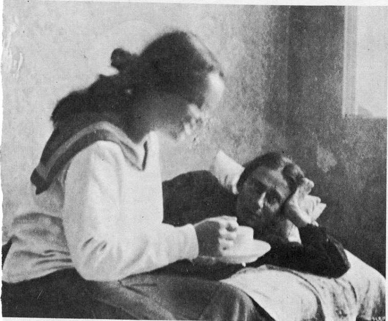 שרה מילשטיין סועדת את רחל  (צילום: אורי מילשטיין)