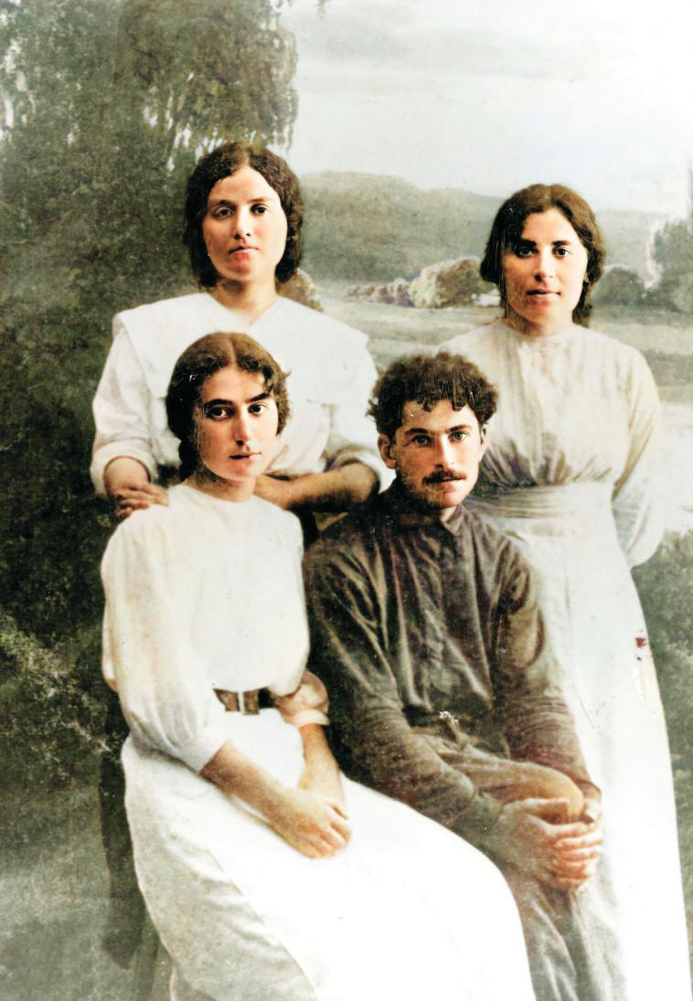 יושבים אברהם כהנוביץ ורחל עומדות שושנה אחות רחל וחנה וייסמן (צילום: אורי מילשטיין)