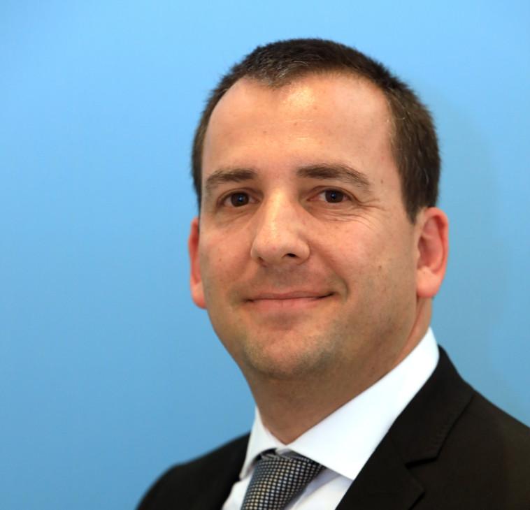 אלחנן שפירא, מנהל השירות הבולאי בדואר ישראל (צילום: ששון תירם)