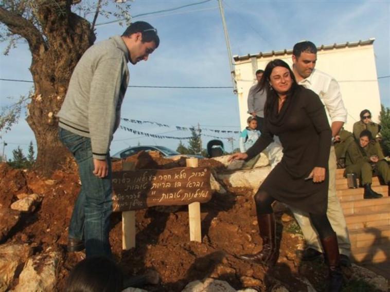 מצפה אילן חנוכת אנדרתה עם רונה רמון (צילום: יח''צ)
