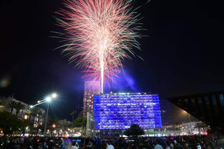 מופע זיקוקים לרגל יום העצמאות ה-73 בתל אביב (צילום: אבשלום ששוני)