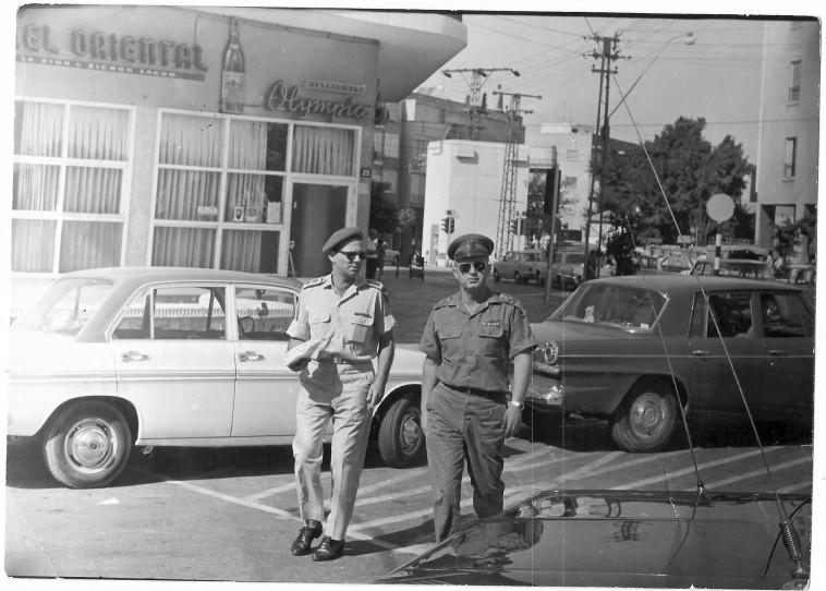 הרמטכ''ל יצחק רבין יוצא ממסעדת אולימפיה (צילום: נתן זהבי)