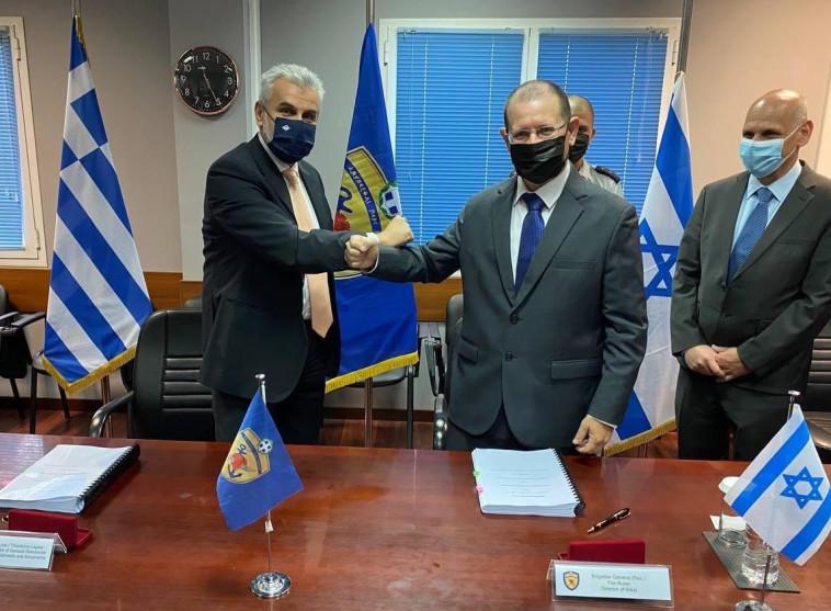 החתימה על ההסכם בין יוון לישראל (צילום: משרד ההגנה היווני)