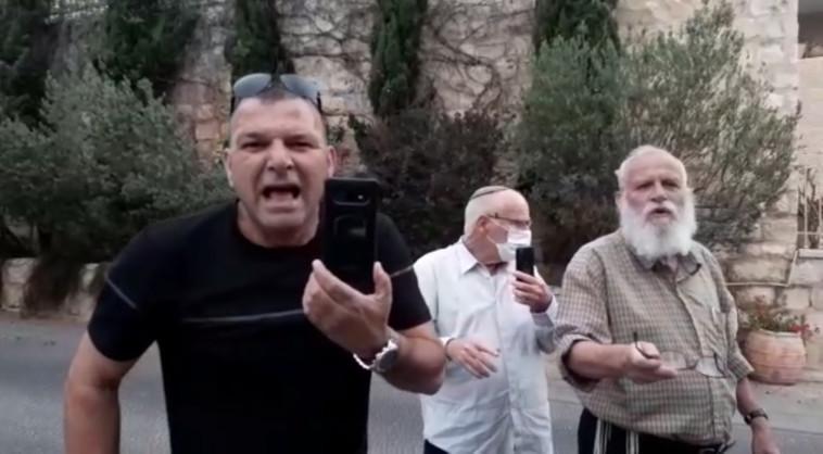 רמי בן יהודה (משמאל) מחוץ לביתו של זאב אלקין (צילום: צילום מסך)